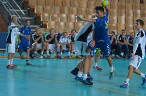 Nemške ekipe letnikov 2000 in mlajših so v svojih vrstah imele igralce visoke tudi prek 190 cm. Primož Ozmec v akciji.