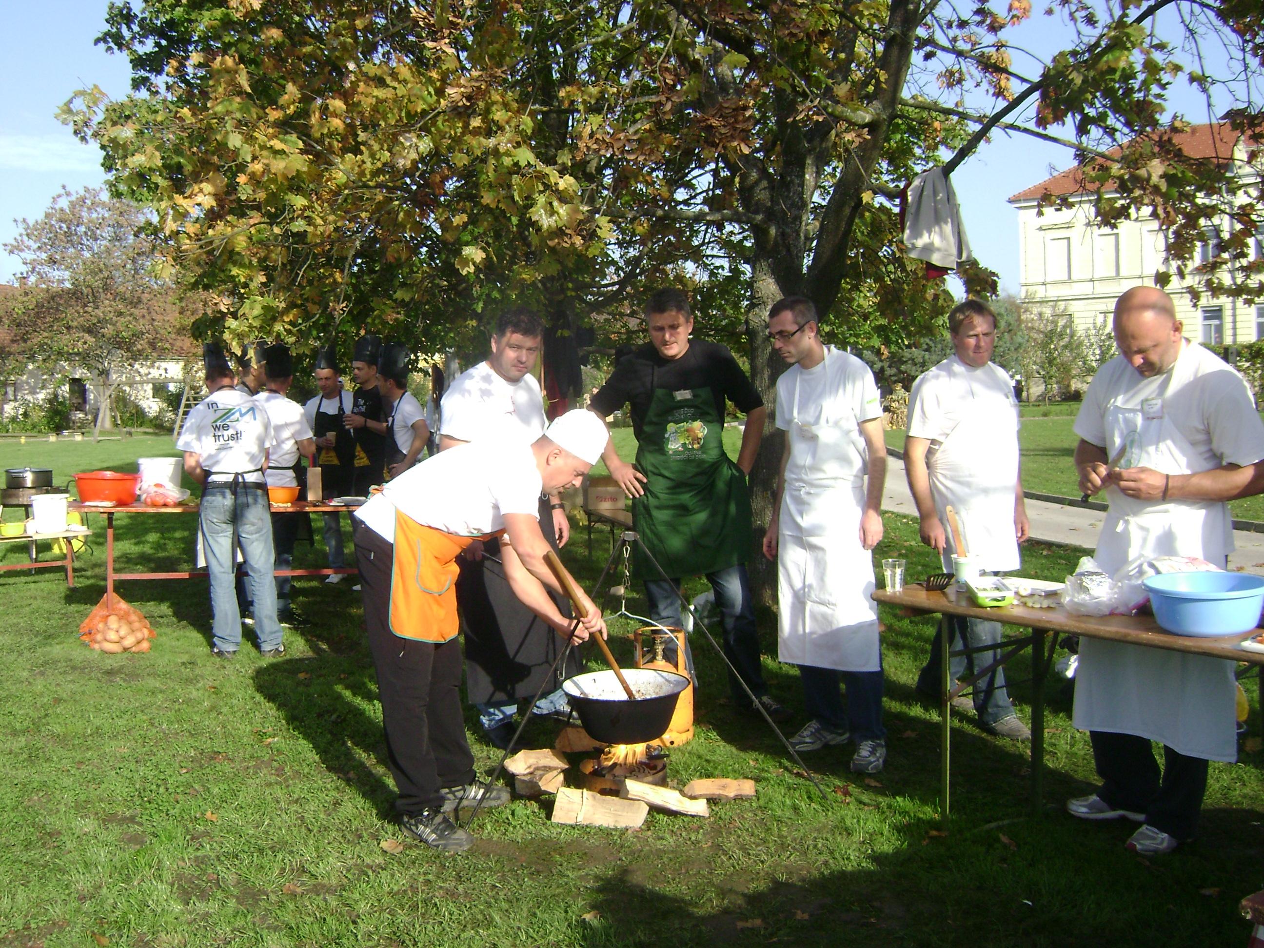 MOJ ATA KUHA  ( na Osnovni šoli ORMOŽ na Hardeku poteka projektni dan, ki so ga namenili kuhanju)