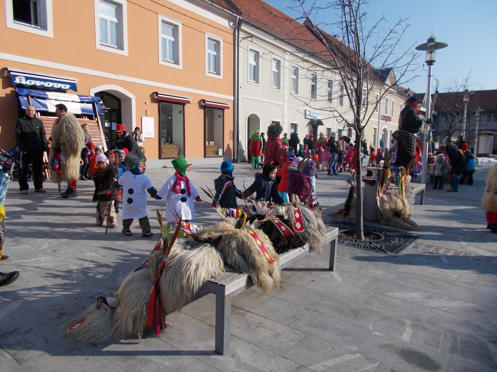 Male maškare zaplesale na Kerenčičevem trgu