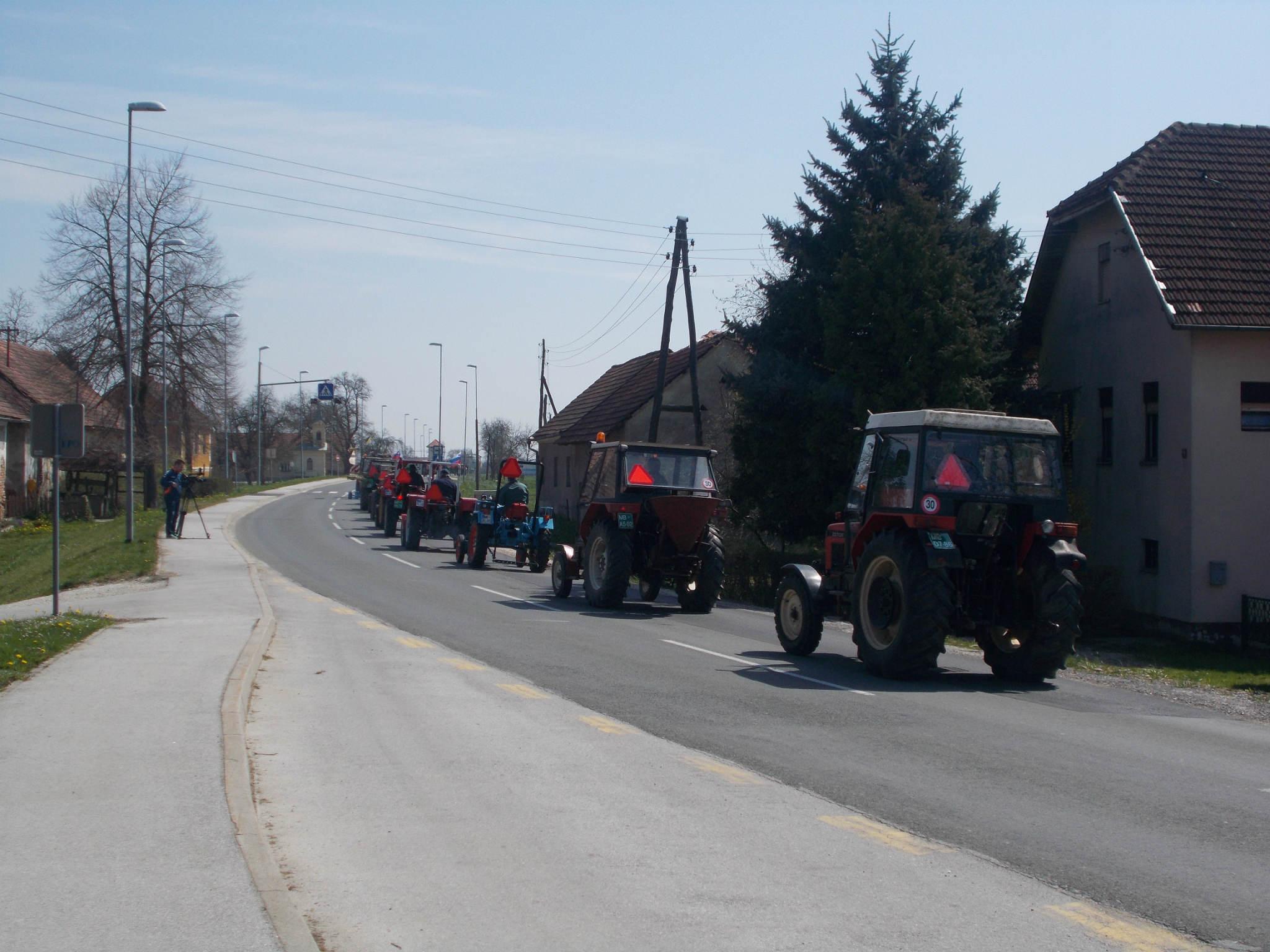 Središče ob Dravi: V povorki starodobnih traktorjev je zabrnelo 51 lepotcev častitljive starosti
