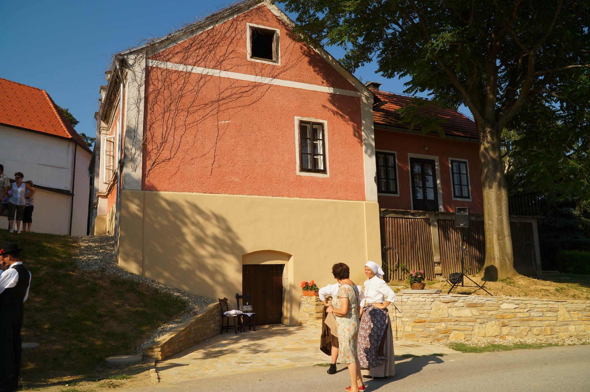 Z otvoritve obnovljenih prostorov v KOŠARKINI HIŠI na Kogu: