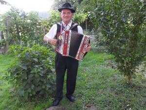 Konrad Kostanjevec s svojo harmoniko