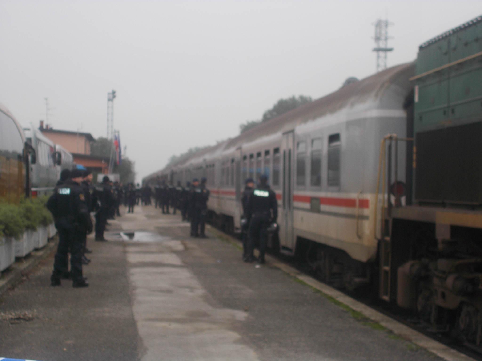 V Središče ob Dravi je ob desetih pripeljal vlak z novimi 1200 begunci
