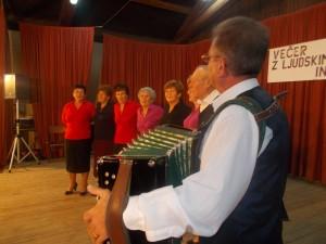 Pevci ljudskih pesmi KD Obrež (prva z leve: Danica Žerjav - vodja skupine)