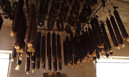 Iz shrambe stanovanjske hiše na Preradu ukradli 28 salam in 50 klobas
