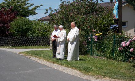 Pri Petkovih na Hardeku blagoslovili obnovljeni križ