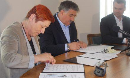 V občini Ormož do konca avgusta 14,5 kilometra moderniziranih cest (z današnjega podpisa pogodb z izvajalci:)