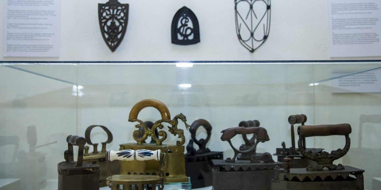 V Grajski pristavi na ogled razstava starinskih likalnikov