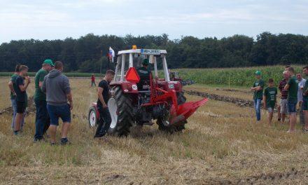 Včeraj na Krčevini 2.tekmovanje v oranju s starodobnimi traktorji