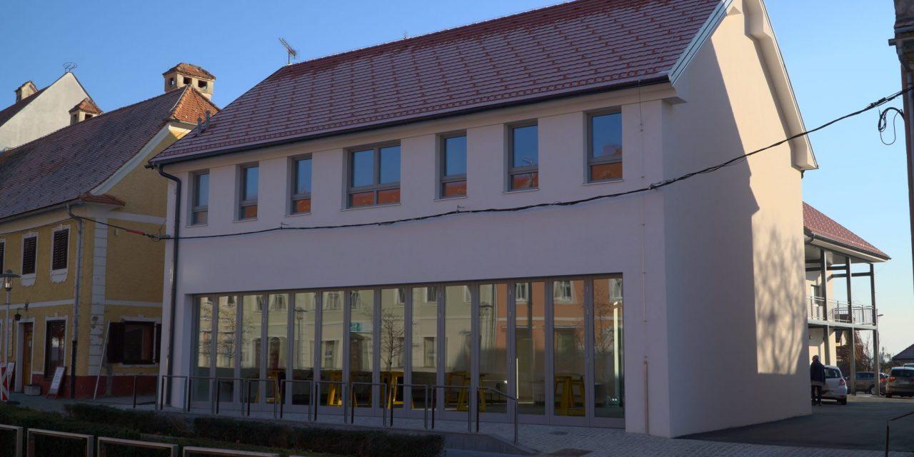 Sredi mesta se baha nova zgradba, ki ponuja tudi dobrodošle nočitvene kapacitete ( z otvoritve hostla, tržnice in prostorov KOŠa:)