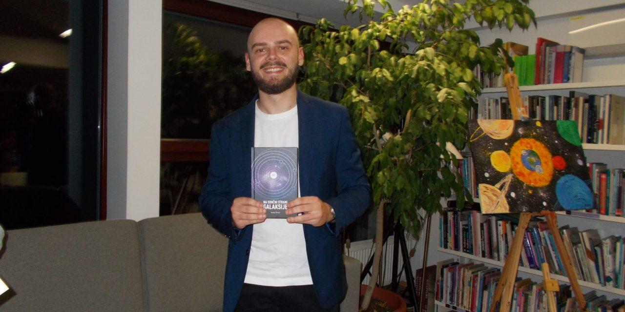 """Denis Žuran predstavil svojo prvo pesniško zbirko z naslovom: """"Na sončni strani galaksije"""""""
