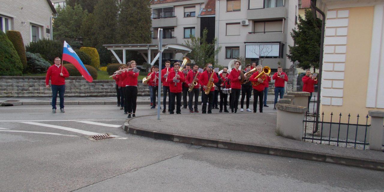 V prvomajsko jutro z budnico ormoške pleh muzike