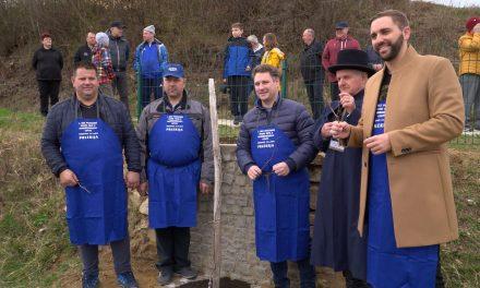 Rez potomke najstarejše vinske trte na svetu, ki raste ob klopotcu velikanu na Strmcu v Hermancih, je bil prijeten družaben dogodek