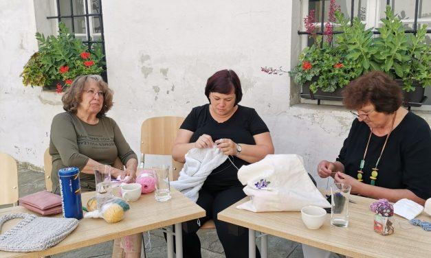 Tudi v Ormožu obeležili mednarodni dan pletenja na prostem